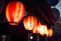 宵の口 (gol-G) Tags: fujifilm xt20 fujifilmxt20 digital carlzeiss zeissplanar50mmf14 planar1450zk color japan kobe bokeh 提灯 lantern キリンビール