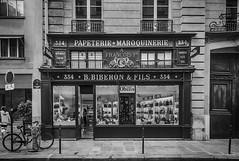 Rue de Paris (Thierry-Photos) Tags: leica leicam8 paris noirblanc