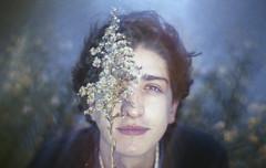 Dos olhares que abrem portais de suavidade (Tuane Eggers) Tags: olhar suave universo brilho johnnymassaro tuaneeggers 35mm film