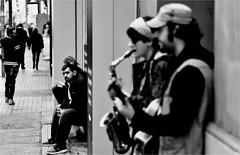 spi_197 (la_imagen) Tags: türkei turkey türkiye turquía istanbul istanbullovers pera beyoğlu istiklâlcaddesi sw bw blackandwhite siyahbeyaz monochrome street streetandsituation sokak streetlife streetphotography strasenfotografieistkeinverbrechen menschen people insan strasenmusik streetmusic sokakçalgıcısı