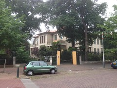 Small dented car in front of a large house (Nobo Sprits) Tags: tobias den haag the hague la haya haye pasbas netherlands holland hollanda zorgvliet villa asserlaan
