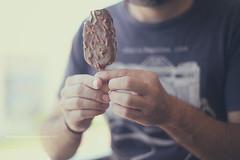 Helado (Graella) Tags: helado icecream gelat verano summer estiu man people portrait hands mans manos eat comida sweet dessert postre chocolate xocolata