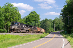 NS H13 @ Newfield, NY (Mathieu Tremblay) Tags: newfield newyork unitedstates us ns norfolksouthern ithacasecondary railroad railway chemin fer train locomotive ge generalelectric c409w d940cw 9688 h13 sony a99 sal70300g