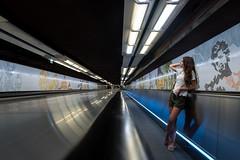 En el metro de París (Juan Ig. Llana) Tags: paris îledefrance francia fr metro pasillo mural joven mujer fuga diagonales
