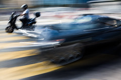Porsche in the urban trafic - Posche dans le trafic urbain en mouvement (Chris, photographe de Nice (French Riviera)) Tags: photographiederue photographiecontemporaine contemporaryphotography artgalleryandmuseums artmoderne modernart poselongue longexposure streetphotography car scooter bike voiture posche