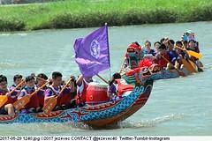 2017-05-29 1240 (Badger 23 / jezevec) Tags: 2017 20170529 dajia dragon dragonboat festival taiwan history culture travel tourism duanwufestival zhongxiaofestival 忠孝節 龍船節 龍舟節 端午节 端午節 龍舟 龙舟 龍船 龙船 taipei ֵ台北 臺北市 taipeh taןpeh ταϊπέι 타이페이 тайбэй 台北市 ტაიბეი تايبيه taibei đàibắc taipé tchajpej rowing sports boat barco шлюпка 배 ボート barca βάρκα bateau 小船 člun veneillä csónak łódź boating vessel photo picture image watersports watercraft asia tradition