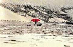 little red riding hood (omnia_mutantur) Tags: ombrellone parasol guardasol umbrella spiaggia praia playa plage beach sabbia arena areia sand sable rosso red vermelho rojo rouge arcachon france francia frança dunedupilat gironde aquitaine gironda aquitania