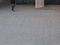 tiptoe (Cosimo Matteini) Tags: cosimomatteini ep5 olympus pen m43 mft mzuiko60mmf28 london nationaltheatre candid couple kiss tiptoe