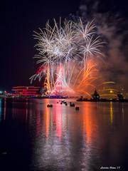 Castell de focs. València. (Lourdes Olmos. lolmost) Tags: mar castillo fuego puerto colores pólvora espectáculo verano luz agua barcos