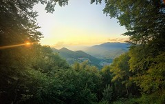 Mountain Gate view (iltopomuschiato) Tags: cielo sky verde oro gold green montagne mountains vista portale hate view delicato delicate tramonto sunset foresta forest foglie leaves alberi woods