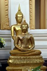 Buddha Statues at Wat Traimit, Bangkok. (Manoo Mistry) Tags: nikon nikond5500 tamron18270mmzoomlens tamron buddha buddhist buddhism wat wattraimit thailand bangkok temple buddhastatue statues