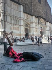 arpa e basilica - (gian.franco) Tags: bologna arpa busker sanpetronio italy