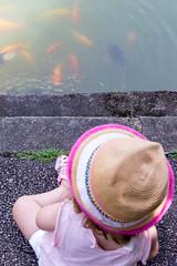 Kind vor Fischbecken