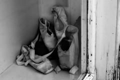 Ballet School in Den Haag /  Scuola di Danza a Den Haag (L'Aia) (~Miel) Tags: ballerina ballet balletshoes balletschool netherlands denhaag laia olanda scarpette punte nikond5200 nikkor50mm vacanze holidays summer dutch danza biancoenero blackandwhite zomer