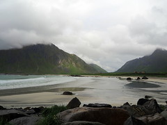 Skagsanden beach (Asun Idoate) Tags: fiordo noruega lofoten isla playa rocas bruma verde montaña