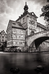 Bamberg - Altes Rathaus (Old Townhall) (Thomas Paal Photography) Tags: bamberg franken bayern deutschland altes rathaus old townhall regnitz franconia bavaria germany black white schwarz weiss bw gameoftones clouds cityscape architecture architektur fachwerk fluss river sigma art 14