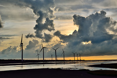 Kaomei Wetland 高美濕地 (Vincent_Ting) Tags: 高美 高美濕地 台中市 清水 夕陽 sunset 夕彩 clouds wetland windmill 風車 windturbine 剪影 silhouette 日落 黃昏 台灣 taiwan formosa sky water 倒影 reflection 火燒雲 霞光 seaside sea beach colorfulbeach 風力發電 星芒 雲林莞草 高美木棧道 jetty crepuscularrays vincentting