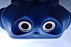 """Wenn's ein """"Schlumpf"""" wäre, dann wär er wohl traurig... (diezin) Tags: aussichtspunkt diskopar fernglass gesicht icu kodak mole monster münzteleskop operated outdoor roboter sehenswürdigkeit strand stressundburnout telescope travemünde ausblick ausserirdische blau coin coinoperatedtelescope fernglas gucki sehenswürdig stahlkonstruktion diezin flickr"""