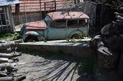 Dans un jardin à Savournon (RarOiseau) Tags: hautesalpes paca savournon automobile voiture rouille jardin