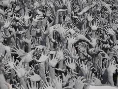 Manos en el Infierno, Templo Blanco de Chiang Rai, Tailandia (Edgardo W. Olivera) Tags: lumix panasonic gh3 microfourthirds microcuatrotercios tailandia thailand temploblanco chiangrai whitetemple watrongkhun sudesteasiático sea asia hand mano uña fingernail escultura sculpture donchalermchaikositpipat art arte
