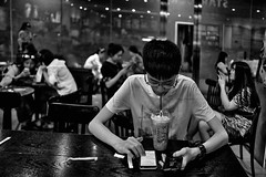 chine china xian café salondetrhé homme smartphones... (Photo: Gilles Daligand on Flickr)
