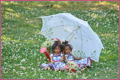 Schirmherrschaft ... (Kindergartenkinder) Tags: dolls himstedt annette park blume garten kindergartenkinder essen grugapark personen blumen sommer leleti