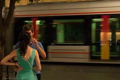 No dejes pasar el tren del amor (ralcains) Tags: sevilla seville andalousia andalucia andalusia andalucía españa spain street streetphotography calle fotografiadecalle ngc greatphotographers leica leicam240 m240 50mm summicron rangefinder telemetrica tram tranvia strassenbahn pareja novios