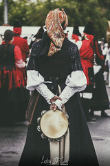 Momentos Folkloricos II (Leticia Cabo) Tags: persson party festivsal festival galicia ortigueira celta celti celtic pandereteira pandereta drum instrument tradicional folk banda gaita gaitas gallega
