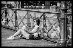 Bronzage et SMS - Tanning and SMS (P. Eric) Tags: paris personnes pontdesarts
