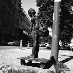 Monument without a home. Knutte Wester. (rotabaga) Tags: sweden sverige svartvitt örebro blackandwhite bw bwfp mediumformat mellanformat 120 6x6 lomo lomography lubitel166 tmax100 diy twinlens