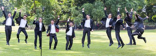 Männer in Anzügen feiern eine Hochzeit