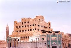 199909 Yemen Hadramaut (81) Seiyun (Nikobo3) Tags: asia orientemedio arábiga arabia penínsulaarábiga yemen hadramaut desierto desiertoramlatassabatayn culturas travel viajes fujicolorsuperia100iso película nikobo joségarcíacobo urban street nikon nikonf70 f70 sigma70300456 seiyun