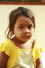 cute burmese girl (the foreign photographer - ฝรั่งถ่) Tags: cute burmese rohyinga girl child yellow dress khlong thanon portraits bangkhen bangkok thailand canon kiss