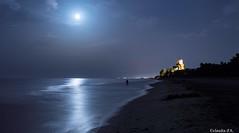 Con la Luna addosso. (claudia aquarius) Tags: torre di cerrano te luna piena notturno spiaggia notte