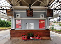 43300 Berwick-upon-Tweed 06/07/2017 (Flash_3939) Tags: berwickupontweed station bwk ecml eastcoastmainline platform planter virgin virgintrains hst flowers fone