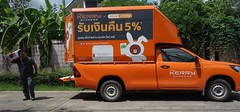 my new best friend (the foreign photographer - ฝรั่งถ่) Tags: delivery man kerry express truck our street bangkhen bangkok thailand sony rx100