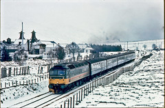 47643 13.33 Glasgow Queen Street-Inverness. Dalwhinnie 23 March 1989. (mikul44171) Tags: dalwhinnie scotch whisky highland snow inverness cold brrrrr badweather