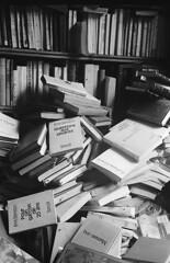 Questions aux savants (Franck Huet) Tags: leica m3 leitz summarit 50mm kodak d76 trix 400800 11 noiblanc nb blackwhite blanconegro bn livre book bibliothèque library analog manual negative exposure