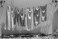 MÃE (Rainer ❏) Tags: wäsche laundry mãemutter wäscheleine clothesline light shadow ilhadaculatra faro algarve portugal bw sw bn xt2 rainer❏