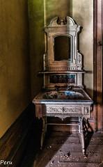 Barroco lavabo (Perurena) Tags: lavabo loza lozasanitaria dibujos espejo mirror cristal glass mueble furniture luz light sombras shadows abandono decay urbex urbanexplore