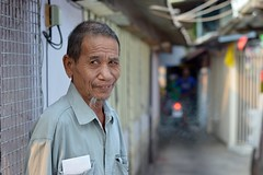 off duty motorcycle taxi driver (the foreign photographer - ฝรั่งถ่) Tags: man wispy goatee off duty motorcycle taxi driver khlong thanon portraits bangkhen bangkok thailand nikon d3200