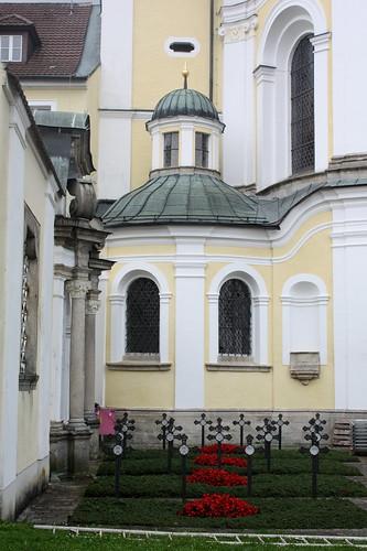 Gräber vor der Abteikirche
