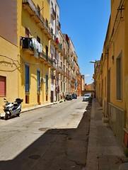 Trapani / Via Baracchie (Pantchoa) Tags: trapani italie sicile rue bracchie photoderue streetshot contraste façades architecture nikon d7100 1685mm lingequisèche moto