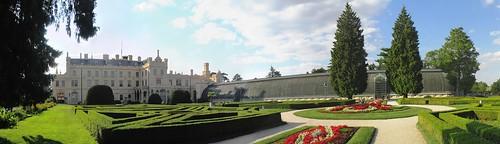 Panoramatický pohled na zámek a skleník