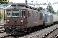 BLS Lötschbergbahn Lokomotive Re 4/4 177 mit Taufname Zweisimmen ( Hersteller SLM Nr. 4897 - BBC - Ehemals Spiez - Erlenbach - Zweisimmen - Bahn SEZ - Neu UIC Re 425 - IB 1972 ) am Bahnhof Spiez im Berner Oberland im Kanton Bern der Schweiz (chrchr_75) Tags: christoph hurni schweiz suisse switzerland svizzera suissa swiss chrchr chrchr75 chrigu chriguhurni chriguhurnibluemailch september2017 september 2017 albumzzz201709september albumbahnenderschweiz albumbahnenderschweiz2017712 schweizer bahnen bahn eisenbahn train treno zug albumblslötschbergbahn bls lötschbergbahn re 44 brau albumblsre44 albumbahnhofspiez bahnhof spiez kantonbern berner oberland