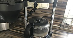 """Die Kaffeemaschine. Die Kaffeemaschinen (pl.) Oben ist Wasser drin, das erhitzt wird und dann durch das Kaffeepulver nach unten fließt. • <a style=""""font-size:0.8em;"""" href=""""http://www.flickr.com/photos/42554185@N00/36350885671/"""" target=""""_blank"""">View on Flickr</a>"""