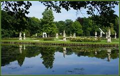 Ein Schlosspark spiegelt sich ... (Kindergartenkinder) Tags: isselburg schlossanholt wasserburg kindergartenkinder