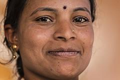 PATTADAKALL: PORTRAIT DE FEMME (pierre.arnoldi) Tags: inde india pierrearnoldi photographequébécois pattadakall karnataka portraitdefemme photoderue photooriginale canon tamron canon6d