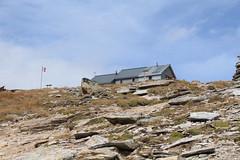 cabane des Becs de Bosson 2985 mètres (bulbocode909) Tags: valais suisse cabanedesbecsdebosson cabanes montagnes nature drapeaux valdanniviers valdebagnes grimentz paysages nuages bleu rochers