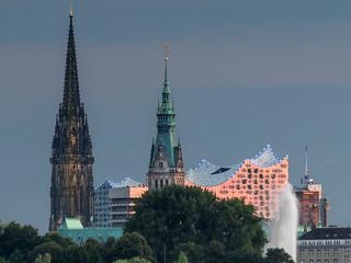 St. Nikolai, Rathaus und die Elbphiharmonie 01